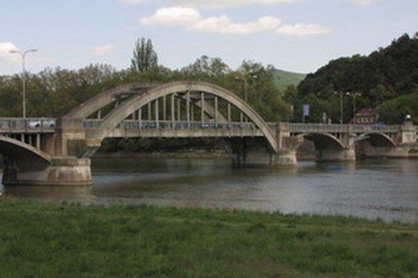 Počas opráv bude Krajinský most uzavretý. Obchádzky budú viesť cez Hlohovec a Lúku nad Váhom.