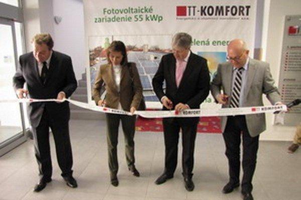 Na fotografii zástupcovia mesta a spoločnosti pri prestrihávaní pásky pri otváraní fotovoltaického zariadenia.