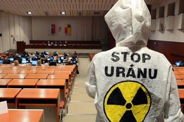 V Košiciach minulý rok na zasadaní zastupiteľstva protestovali občania proti plánovanej ťažbe uránu.