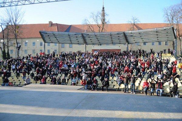 Fanúšikovia FC Spartak Trnava museli pre zatvorený štadión sledovať zápas 20. kola Corgoň ligy FC Spartak Trnava - FC Nitra v amfitéatri v Trnave