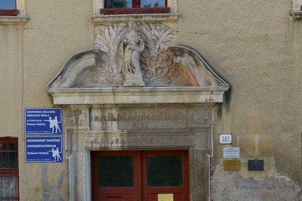 Historický portál potrebuje obnovu.