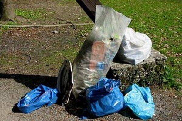 Odpadky na Malom Slavíne v bratislavskom lesoparku