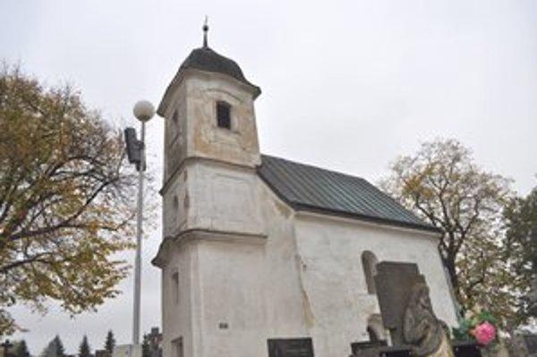 Kostol Všetkých svätých stojí nad dedinou už 840 rokov.