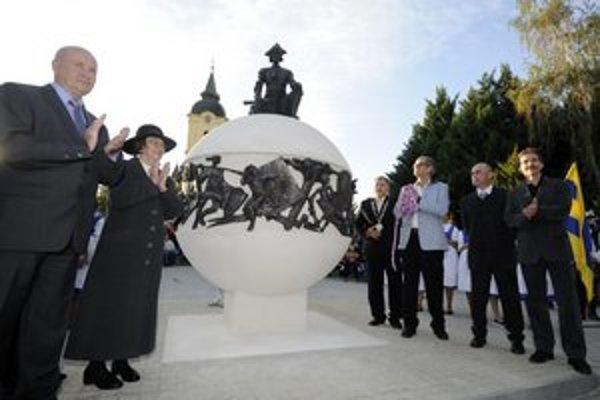 Primátor Jánoška (vpravo s insígniami)výtržník nie je.