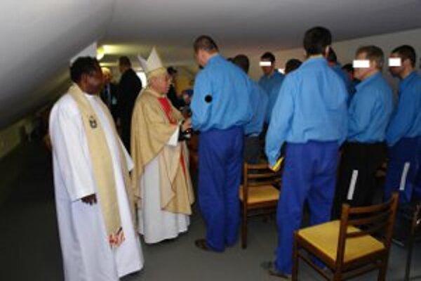 Archívna fotografia z roku 2009, keď emeritný biskup (dnes už vyše 85-ročný) taktiež navštívil odsúdených ľudí.