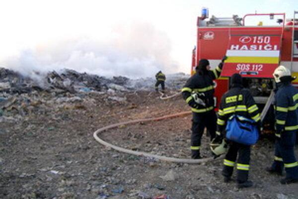 Príčinu vzniku požiaru zatiaľ nezistili.