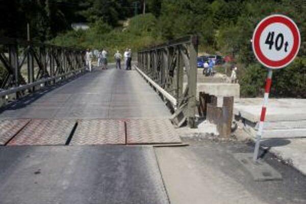 Nový dočasný most osadili včera v Horných Orešanoch.