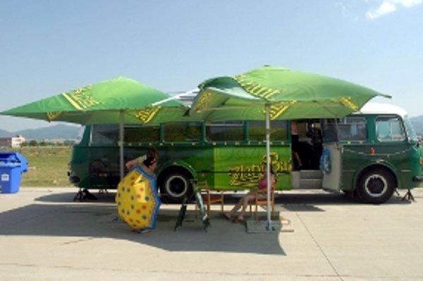 Bažant Kinematograf. Putovný autobus zaparkuje v Trnave.