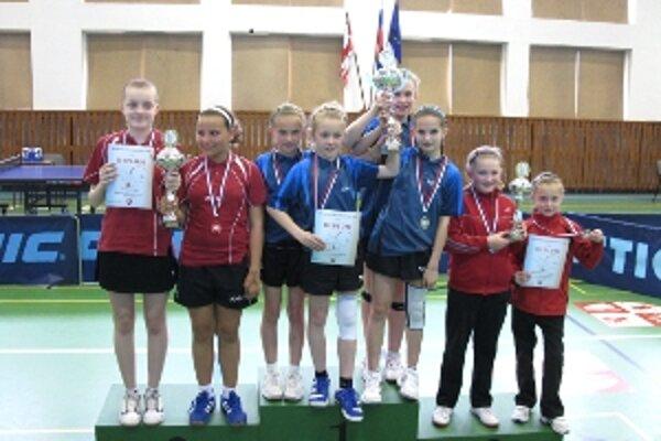 Družstvo mladších žiačok z klubu stolného tenisu Viktória získalo ma Majstrovstvách SR tretie miesto.