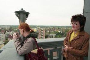 Gabriela Kvetanová (vpravo) absolvovala štúdium na fakulte architektúry na Slovenskej vysokej škole technickej. Na bývalý Pamiatkový úrad nastúpila v roku 1992, od roku 1997 pôsobí vo funkcii riaditeľky súčasného Krajského pamiatkového úradu v Trnave.