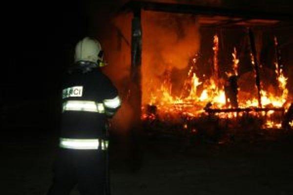 Nočný požiar spôsobil strážnikovi popáleniny.