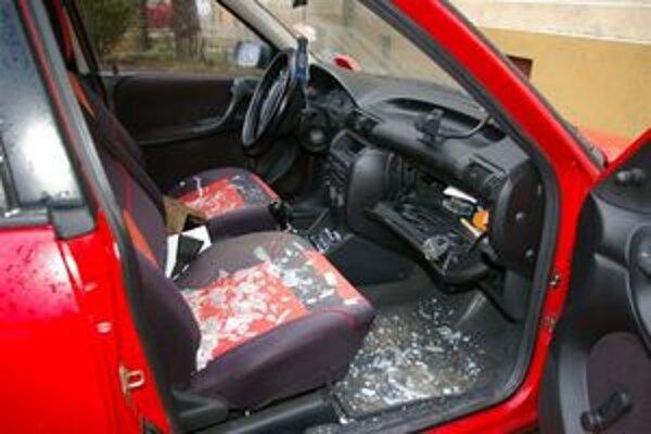 Polícia upozorňuje vodičov, aby si v autách nenechávali cenné predmety.