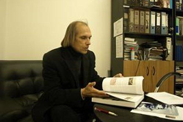 Pavol Tomašovič s Dejinami Trnavy z roku 1988 a 2010. Kniha Dejiny Trnavy vizuálne pripomína knihy z obdobia, kedy v Trnave fungovala kníhtlačiareň. Spoločnosť Pergamen ju vydala v plátennej väzbe, s vtlačením a zlatým tepaním znaku. Tlačila ju spoločnosť