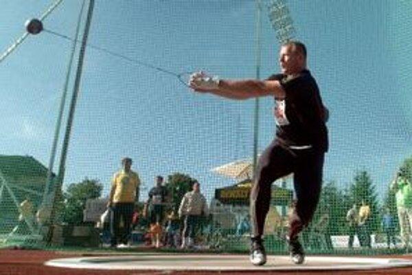 Libor Charfreitag hodil na nedeľnajšom mítingu v Dubnici kladivo do vzdialenosti 77,71 metra.