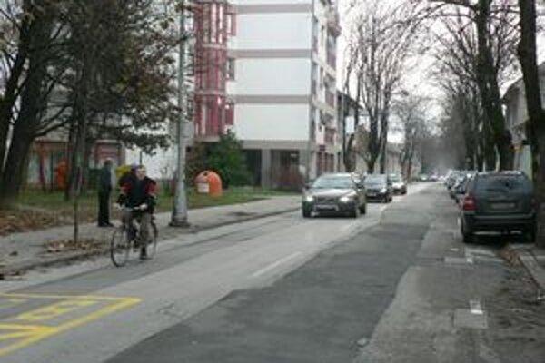 Teplická ulica v Piešťanoch v čase, keď sa ešte nevedelo, či mesto získa peniaze z eurofondov.