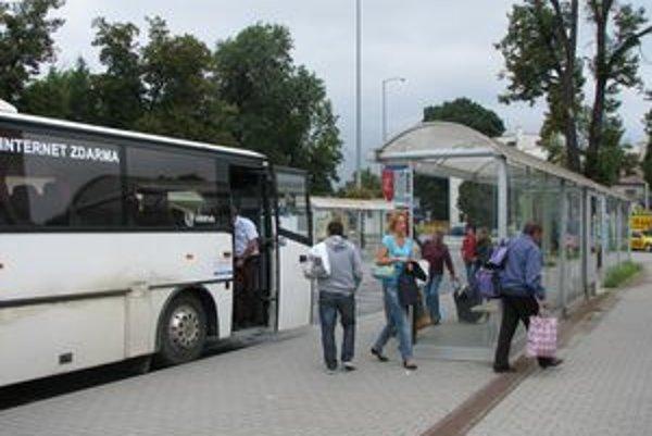 Na trnavskej autobusovej stanici ľudia často obiehajú nástupištia. Sú rozmiestnené nelogicky.