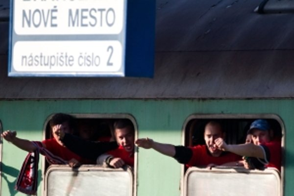 Trnavskí fanúšikovia počas cesty na futbalový zápas.