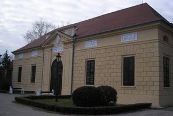 Empírové divadlo v Hlohovci dal ešte na začiatku 19. storočia postaviť gróf Jozef Erdödy.