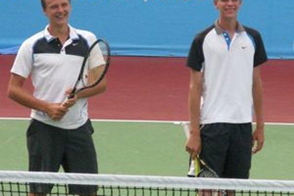 Piešťanský tenista Filip Horanský (vpravo) získal s Jozefom Kovalíkom na OH mládeže v Singapure bronz vo štvorhre chlapcov.