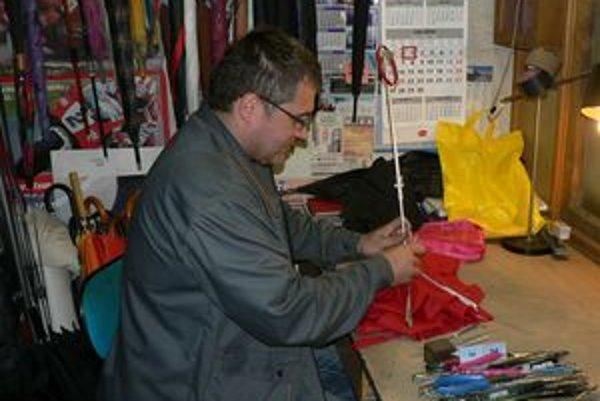 Mário Václav sa venuje oprave dáždnikov už dvadsať rokov.