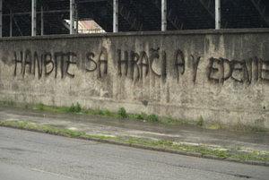 Nápis na múre štadióna Antona Malatinského.