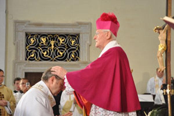 Nového Trnavského arcibiskupa Jána Bezáka posvätili položením rúk na jeho hlavu aj jeho predchodca Ján Sokol.
