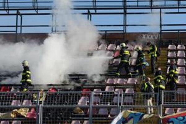 Na južnej tribúne zhorelo takmer 200 sedačiek.
