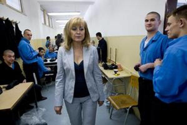 Väzni z otvoreného oddelenia budú pracovať mimo väznice , v civilnom odeve a bez stráženia. Ministerka Petríková včera navštívila aj väzňov pracujúcich v ústave.