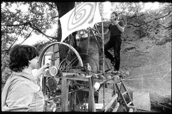 Rekonštrukcia Mašiny na miškovanie mozgov. Táto akcia sa v záhrade prenajatého domu Pavla Pechu konala ešte počas komunizmu.