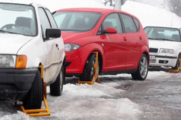 Zle parkujúcim vodičom nasadili mestskí policajti v Trnave v minulom roku viac ako tisíc blokovacích zariadení.