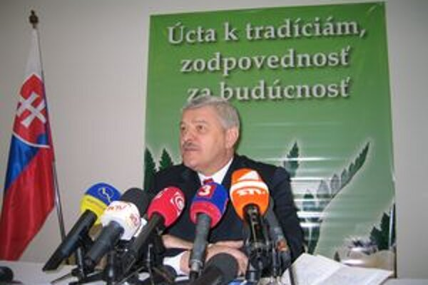 Tibor Mikuš tvrdí, že vypočuť si pred zasadnutím krajského parlamentu hymnu je úplne v poriadku.