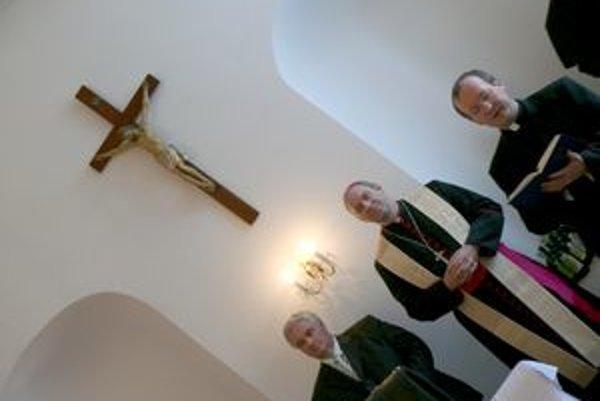 Požehnanie vín v Trnave. Zľava: primátor Trnavy Štefan Bošnák, arcibiskup Róbert Bezák, predseda Spolku sv. Vojtecha Vendelín Pleva.