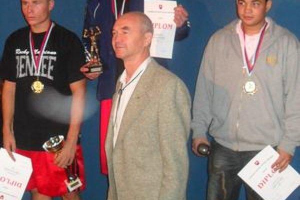 Tibor Kružel (prvý zľava) skončil na domácich majstrovstvách na druhom mieste. Po ľavici má svojho premožiteľa Petra Harnádka.