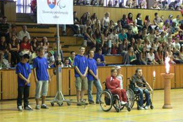 Pochodeň priniesla zlatá medailistka z minuloročnej paralympiády v Pekingu.