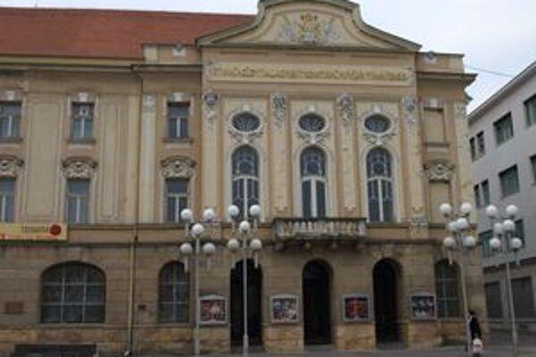 Ochladenie vyhnalo bezdomovcov z divadla. Krátko po ôsmej hodine ráno však už prichádzali opäť do centra.