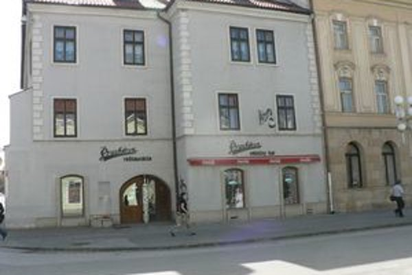 Mliečny bar sa nachádza vedľa divadla na Trojičnom námestí.