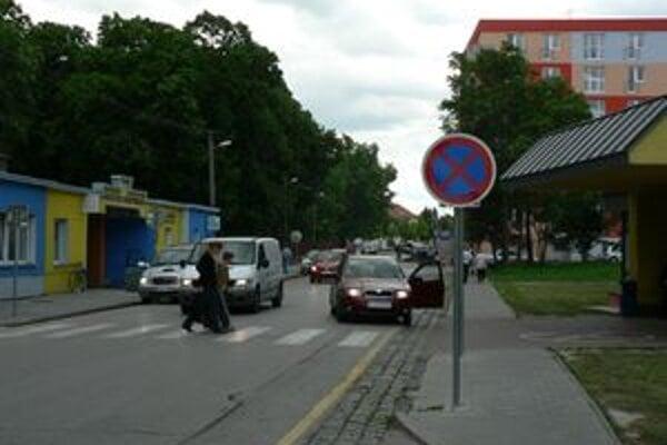 Nemocnicu rozdeľuje rušná Ulica Andreja Žarnova.