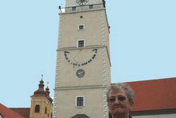 Jana Blašková stojí pred svojim netradičným domovom - trnavskou mestskou vežou.