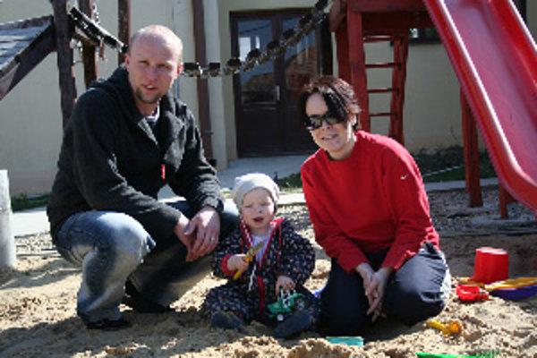 Václav Bazala s manželkou a dcérou na dvore Rodinného detského domova v Kocuriciach.