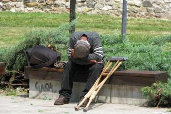 V lete prespáva väčšina bezdomovcov na lavičkách v parkoch