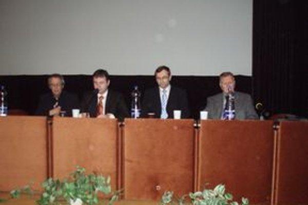 Školenie rozhodcov ZsFZ. Ján Franek (druhý sprava) sa spolieha na nový projekt.