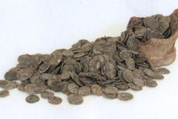 V Drahovciach našli sedemsto mincí.