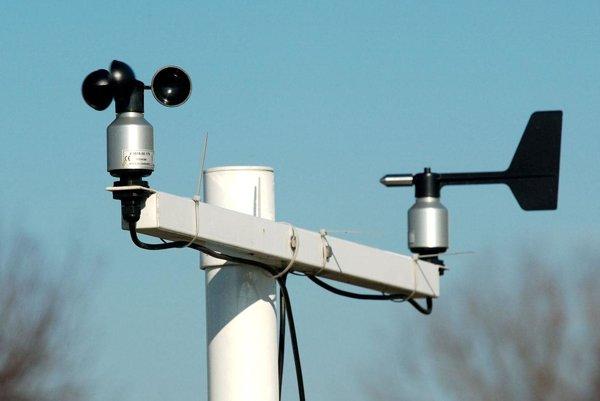 Rýchlosť vetra merajú meteorologické stanice.