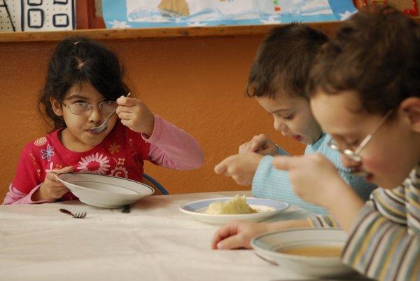 Žiaci by mali mať v školských jedálňach opäť pestrejšiu stravu.