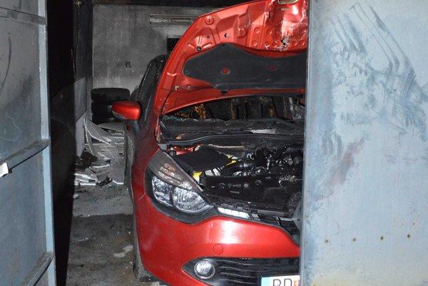 Garáž ukrývala zhorené auto.