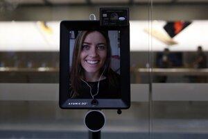 Robot Lucy kúpil v Sydney nový iPhone pre Lucy Kellyovú, ktorá ho ovládala na diaľku.