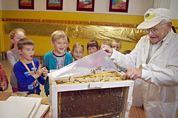 Pán Čelko doniesol aj úľ. Pre deti to bol veľký zážitok.