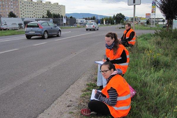 Mladí ľudia zapisovali počet áut aj na ceste z Prievidze smerom na Martin a Žilinu.