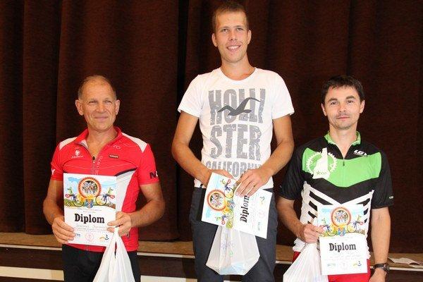 Úspešní reprezentanti z Chocholnej-Velčíc: Zľava: Jaroslav Chovanec, Martin Breznický a Pavol Vanek