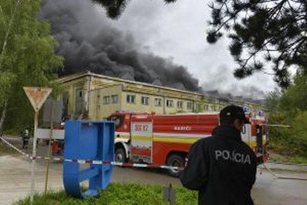 V bývalej hale vypukol požiar.